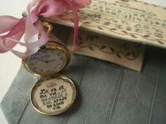 Treasure of thy life so dear...la pochette et sa montre gousset brodée