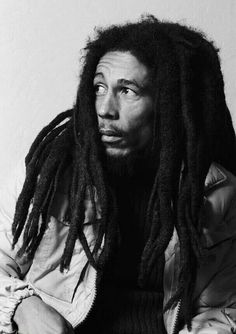 Nesta Robert Marley OM was a Jamaican singer-songwriter who achieved international fame through a series of crossover reggae albums. Bob Marley Legend, Reggae Bob Marley, Damian Marley, Bruce Lee, Fotos Do Bob Marley, Ziggy Marley, Rock Poster, Bob Marley Pictures, Marley Family
