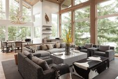 simple Polstermöbel in grauen Tönen und Hocker aus Kuhfell