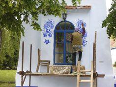 Com pinturas decorativas belíssimas, vovó de 90 anos transforma casas de sua aldeia