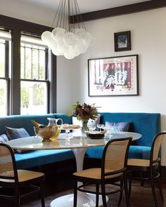 bubble kronleuchter Gorgeous teal blue velvet breakfast nook with woven raffia dining chairs and a bubble cluster pendant chandelier light. Dining Sofa, Dining Room Walls, Dining Room Sets, Dining Room Design, Design Table, Patio Dining, Design Design, Dining Room Banquette, Interior Design