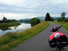 Juli-e-cycle le long de la voie verte Trans-Ardennes et sa Meuse paisible: Tour de France à vélo électrique ! #velo #bicyclette #veloelectrique #ebike #vae #tourdefrance #cyclingtour #cyclotourisme #RestartCycleTourism #champagneardennes #ardennes #TransArdennes #mezieres #CharlevilleMézières #sedan #juli_e_cycle #velafrica