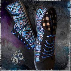 Кеды `Tribal` Ручная роспись обуви. В прошлом абсолютно черные кеды с нашим геометрическим орнаментом 'Tribal' стали яркими, стильными, молодежными и незабываемыми. Вы смогли бы равнодушно пройти мимо человека в таких кедах?     Роспись выполнена акриловыми красками 'металлик'.