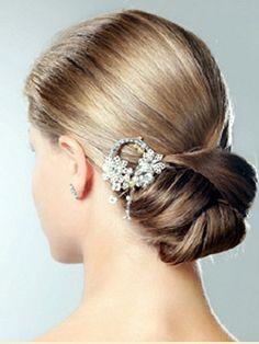 schickes niedriges Brötchen mit Haarspange
