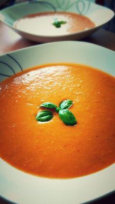 Mercimek Suppe für ca. 4 Teller  - 1 Zwiebel - 1 Möhre - 1 Kartoffel - Gemüseboullion - 3 Händevoll rote Linsen  - eine Hand voll Reis  - Salz, Chilliflocken - Salça (Tomatenmark)   Zwiebel, Möhre und Kartoffel würfeln, kurz in etwas Öl anbraten.  Linsen & Reis waschen, kurz mit braten. 1 EL Tomatenmark unterrühren. Mit Genüseboullion, Salz und Chilliflocken abschmecken.   Wasser nach Belieben dazu geben. Suppe kurz aufkochen lassen, Deckel drauf und auf unterster Stufe ziehen lassen…