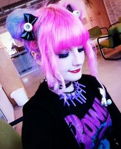 Not a big fan of the pastel goth-style, but loving her hair.