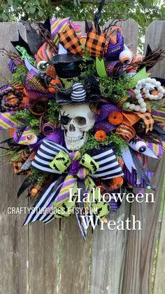 Halloween Door Wreaths, Halloween Front Doors, Halloween Deco Mesh, Easy Halloween Decorations, Diy Easter Decorations, Holiday Wreaths, Wreaths For Front Door, Halloween Crafts, Spring Wreaths