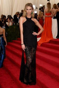 Karlie Kloss in Atelier Versace Met Gala 2015 Fashion: Live from the Red Carpet Atelier Versace, Versace 2015, Versace Gown, Celebrity Red Carpet, Celebrity Dresses, Celebrity Style, Solange Knowles, Gala Dresses, Red Carpet Dresses