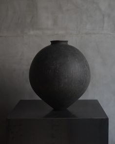 Another stunning piece for our November exhibition. Hand thrown by Japanese ceramicist Kenta Anzai. Japanese Bowls, Japanese Ceramics, Japanese Pottery, Pottery Studio, Pottery Art, Pottery Ideas, Ceramic Decor, Ceramic Art, Moon Jar