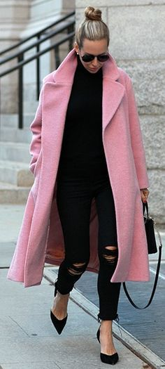 Street style - All black + pink coat. Fall Winter Outfits, Autumn Winter Fashion, Winter Chic, Winter Mode, Love Fashion, Womens Fashion, Fashion Trends, Fashion Black, Pink Fashion