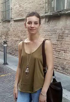 """Costanza """"Lavoro a Modena, ma vivo a Parma. Facendo avanti ed indietro tutta la settimana, nel weekend mi concedo qui gli aperitivi con gli amici"""""""