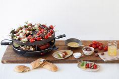 Enjoying a casual meal with friends is super easy a raclette at the ready. Check out these great topping ideas to make the most out of your melted cheese. Fondue Raclette, Raclette Party, Fondue Party, Raclette Ideas Dinner Parties, Raclette Cheese, Recipes Dinner, I Love Food, Good Food, Yummy Food