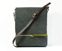 Muy bien diseñado bolso en un formato muy práctico. Bolsa de fieltro.  dimensiones: 40x30x6cm  Hecho a mano por diseñadores polacos.