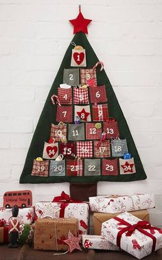 Christmas Tree Advent Calendar - Could make this with some r.- Christmas Tree Advent Calendar – Could make this with some really fun fabric! Christmas Tree Advent Calendar – Could make this with some really fun fabric! Fabric Advent Calendar, Diy Calendar, Hanging Christmas Tree, Noel Christmas, Country Christmas, Fabric Christmas Trees, Christmas Ideas, Christmas Calendar, Christmas Countdown