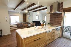 対面式のキッチンは明るく広々と。広いリビングを見渡せるので、家族のコミュニケーションも深まります。 #大河内工務店#香川県#工務店#建築#設計#自由設計#家#家づくり#間取り#施工事例#自然素材#無垢#マイホーム#マイホーム計画#家族#新築#キッチン#リビング#梁#照明