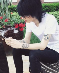 [Open w/ Johnnie]: I wasnt a really outdoorsy type of person, but I was here. At this resort. I found a nice spot outside…and pulled out my phone. I scrolled whatever, until I heard someone approach me. I looked up, squinted a bit at the sun, at you. Scene Boys, Emo Scene, Scene Hair, Cute Emo Guys, Moda Rock, Emo People, Emo Hair, Emo Goth, Punk Fashion