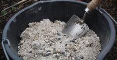 Cenere di legna, come utilizzarla. La cenere di legna è uno degli ingredienti più economici per la pulizia della casa. La potrete infatti ottenere a costo zero raccogliendola dal vostro caminetto o dalla stufa, oppure potrete chiederla in prestito a chi non la utilizza dopo la pulizia del caminetto. Potrete utilizzare la cenere di legna in molti modi diversi, soprattutto per quanto riguarda la cura della casa e dell'orto. Ecco alcuni suggerimenti in proposito.