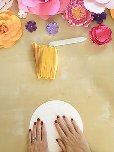 Paper Flower Decor, Paper Decorations, Flower Decorations, Birthday Room Decorations, Diy Party Decorations, Sunflower Birthday Parties, Sunflower Party, Yellow Sunflower, Paper Sunflowers