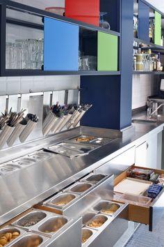 Arredamento e design d'interni per la gelateria Possi Gelatieri. Locale accogliente, spazioso, luminoso grazie alle nuances del blu e i toni marroni.