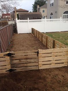15 Genius Initiatives of How to Upgrade Cheap Backyard Fence Backyard Dog Area, Diy Backyard Fence, Backyard Games, Backyard Landscaping, Backyard Ideas, Wedding Backyard, Landscaping Design, Pallet Fence, Dog Fence