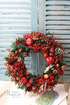Best Of Christmas Decorations Rosehip Christmas Flower Decorations, Christmas Advent Wreath, Christmas Flower Arrangements, Christmas Art, Holiday Decor, Wreaths And Garlands, Xmas Wreaths, Wine Cork Wreath, Arte Floral