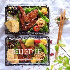 手羽先唐揚げ弁当☺︎ ・ ------------------- ・ ピリ辛手羽先唐揚げ アヒージョオイルの明太パスタ カニカマと青海苔の卵焼き ひじきの炒め煮 カボチャのクリチサラダ ・ ------------------- ・ 酒、醤油、生姜、ニンニクで 下味を漬けた手羽先をカリッと揚げ 豆板醤を使ったピリ辛ダレに絡ませました。 揚げたてはもちろんだけど 少し置いてタレが染みた手羽先も 絶対美味しい。 昨夜のマッシュルームアヒージョの 残りオイルで作った明太パスタも絶品で、 今日のお弁当見た目は地味だが自信作 ・ ところが。 「今日は手羽先の唐揚げだよ!好きでしょ!」 とドヤ顔で旦那に言ったら ・ 「食べにくいから手羽先は夕飯が良かった」 ですと。 ・ おいおい、また文句かね(๑- ₃ -๑)・・・ ・ ・ 旦那のお弁当に入れたシシトウが 辛〜〜いやつでありますように (鬼嫁) ・ ・ ・ 皆さん良い1日を☺︎ ・ ・ #手羽先 #手羽先唐揚げ #seria #セリア #フードパック