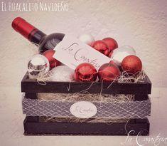 El Huacalito Navideño: in Red es uno de nuestros diseños best sellers para la época navideña con un delicioso tinto español Montebuena en un mar de esferas plateadas y rojas. $350 Pesos