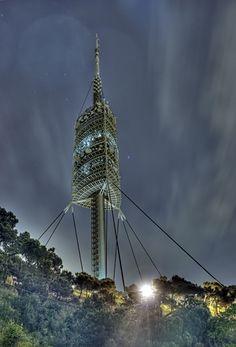 Torre Collserola : la torre de telecomunicaciones construida en la sierra de Collserola, con motivo de los Juegos Olímpicos de Barcelona de 1992. Fue diseñada por el arquitecto inglés Norman Foster con la colaboración de la compañía Ove Arup & Partners, después de que su proyecto ganase un concurso restringido convocado por el Ayuntamiento de Barcelona en 1988.