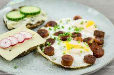 Vores favorit LCHF morgenmad efterlader dig garanteret mæt og tilfreds i mange timer. Æg med blød blomme, pølser, chia-knækbrød og krydret stærk kechup.