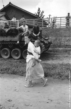 A Korean refugee and her child are watched by an American tank crew during the retreat south of US and Korean troops after the North Koreans crossed the Parallel Korean Traditional, Korean War, American Soldiers, North Korea, Cold War, Military History, Old Photos, Vintage Photos, World War Ii