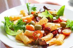 Sałatka makaronowa z chorizo, pomidorkami i oliwkami