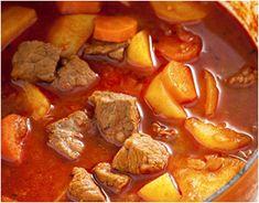 Recept+ (1930) Egy+kevés+zsírban+megpárolunk+egy-két+fej+apróra+vágott+vöröshagymát,+meghintjük+egy+kanál+pirospaprikával,+elkeverjük,+és+felöntjük+egy+kevés+vízzel. Rátesszük+a+jól+megmosott,+és+kockára+vágott+marha-+vagy+sertéshúst,+hozzáadunk+egy+gerezd+zúzott+fokhagymát,+sózzuk,+fedő+alatt… Hungarian Recipes, Chowder, Thai Red Curry, Chili, Food Porn, Food And Drink, Menu, Soup, Yummy Food
