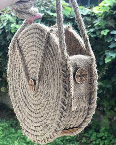 Puslu bir #sapanca sabahından herkese günaydın 🌞 biten 2 çanta da sahiplerine ulaşmak için yola çıkacak. Çok fazla merak ediliyor biliyorum… Crochet Circles, Crochet Round, Round Bag, Jute Bags, Crochet Woman, Little Bag, Cotton Bag, Knitted Bags, Sisal