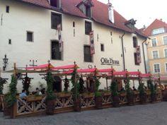 Olde Hansa on Vanhankaupungin sydämessä sijaitseva ravintola, jossa tarjotaan reilunkokoisia keskiaikaisia annoksia.