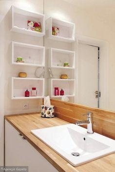 MAŁA, ALE POJEMNA. Za drzwiczkami szafki z umywalką kryją się nie tylko półki, ale również pralka. Wszystko jest pochowane, dzięki czemu w małej łazience panuje ład, dobrze wpływające na postrzeganie wielkości wnętrza. Na otwartych półkach stoją tylko podręczne kosmetyki.