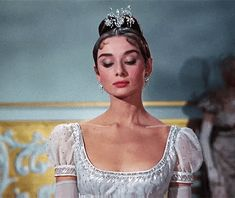 Discovered by BriBri Martinez. Find images and videos about gif, audrey hepburn and war and peace on We Heart It - the app to get lost in what you love. Hollywood Glamour, Classic Hollywood, Old Hollywood, Audrey Hepburn Photos, Audrey Hepburn Style, Audrey Hepburn Makeup, Non Plus Ultra, My Sun And Stars, Princess Aesthetic