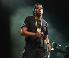 """Jay-Z (Foto: Getty Images)  O rapper e empresário Jay-Z anunciou nesta semana um investimento de 10 milhões de dólares (R$ 55 milhões) em negócios de cannabis geridos por minorias. Ao The Wall Street Journal, ele explicou que a ideia veio no desequilíbrio nessa área dos negócios, onde negros """"foram desproporcionalmente punidos pelo uso ilegal da droga"""", sendo os que menos lucram na indústria legal da maconha. saiba"""