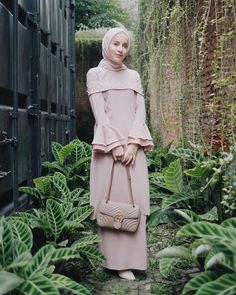 38 New ideas dress brokat pendek Hijab Gown, Hijab Dress Party, Maxi Dress Wedding, Dress Muslim Modern, Muslim Dress, Casual Hijab Outfit, Casual Outfits, Party Outfits, Trendy Dresses