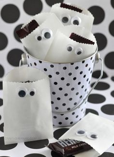 Craft-O-Maniac: Paper Ghost Favor Bags for Halloween ❥ Sac Halloween, Halloween Taschen, Dulces Halloween, Halloween Treat Bags, Holidays Halloween, Happy Halloween, Halloween Decorations, Halloween Party, Bricolage Halloween