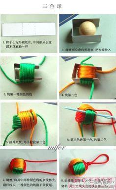 今天的第一个手工是关于如果用漂亮的三色绳将一个小木球包起来制作成一个漂亮的绳子编织挂坠。 需要的材料有木球(其他的塑料小球也可以)、硬纸板、彩色的绳子。 具体的制作上主要是运用纸板做一个临时的桥架,成型了就拿掉了。