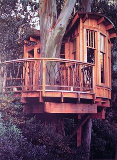How To Build A Treehouse ? This Tree House Design Ideas For Adult and Kids, Simple and easy. can also be used as a place (to live in), Amazing Tiny treehouse kids, Architecture Modern Luxury treehouse interior cozy Backyard Small treehouse masters Beautiful Tree Houses, Cool Tree Houses, Diy Tree House, Tree House Homes, Luxury Tree Houses, Simple Tree House, House Beautiful, Treehouse Masters, Treehouse Living