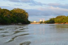 El río Sinú nace en el Nudo del Paramillo, en el municipio de Ituango, Antioquia, teniendo su recorrido mayoritariamente por el departamento de Córdoba y desEl río Sinú nace en el Nudo del Paramillo, en el municipio de Ituango, Antioquia, teniendo su recorrido mayoritariamente por el departamento de Córdoba y desemboca en Boca de Tinajones, continua a la bahía de Cispatá, en el mar Caribe.emboca en Boca de Tinajones, continua a la bahía de Cispatá, en el mar Caribe.