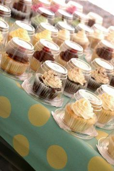 Just flip over the cup! Why didn't I think of this? Cupcakes Packaging Ideas, Cupcake Packaging, Bake Sale Packaging, Baking Packaging, Party Desserts, Mini Desserts, Produce Stand, Farmers Market Recipes, Home Bakery