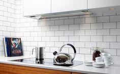 Enkelt och modernt inrett kök med vitt som bas. Med inbyggd skåpskupa och induktionshäll behåller köket en minimalistisk look rakt igenom. #fjaraskupan #diskret #modernt #enkelt #minimalistiskt Stove, Kitchen Appliances, House, Inspiration, Cuisine, Diy Kitchen Appliances, Biblical Inspiration, Home Appliances, Home