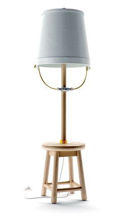 Moooi, Buckets Lamp - Présentée au dernier Salon de Milan, cette lampe témoigne  de l'innovation de la nouvelle collection 2013. Un brin moderne et traditionnelle, avec une anse dessinant une poignée en porcelaine flamande bleu et blanche. ©Moooi http://www.domodeco.fr/interieur/salon/le-living-voit-la-vie-en-couleurs.html