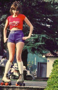 my-retro-vintage: Photo my-retro-vintage: Photo Girl on roller skates Roller Disco, Retro Roller Skates, Roller Derby Girls, Disco Roller Skating, Roller Derby Clothes, Roller Skates Girls, Quad Skates, Mode Masculine, Skater Girls