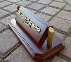 ahşap kabartma yazılı masa isimliği