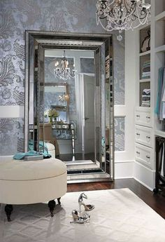 The perfect combination – beautiful chandelier, stunning rug and, of course, a magnificient mirror!