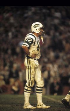 Super Bowl III Joe Namath and the New York Jets shock the football world by upsetting the very heavily favored Baltimore Colts. My Dad & I screamed until our voices were gone.what a game! Dad yelling for Colts, me the Jets. Jets Football, School Football, Alabama Football, Football Players, Nfl Superbowl, Football Moms, American Football League, National Football League, New York Jets