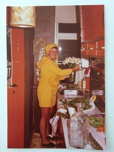 Kisser dan Sørensen, 62, Hellerup.  Blomsterpige i køkkenet (1974).